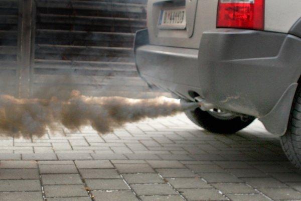 Черный дым из выхлопной трубы свидетельствует о повышенном расходе масла